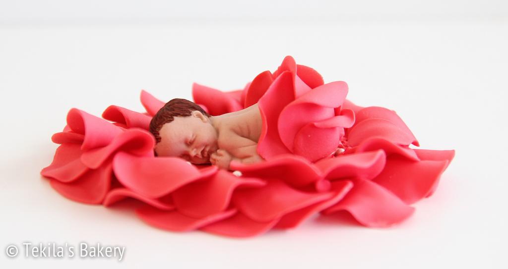 Vauvakoriste – vauva terälehtien keskellä.